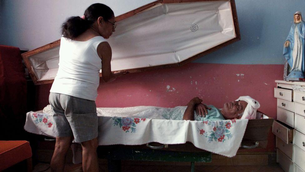 rossi Пожилой бразилец 23 года спит в гробу
