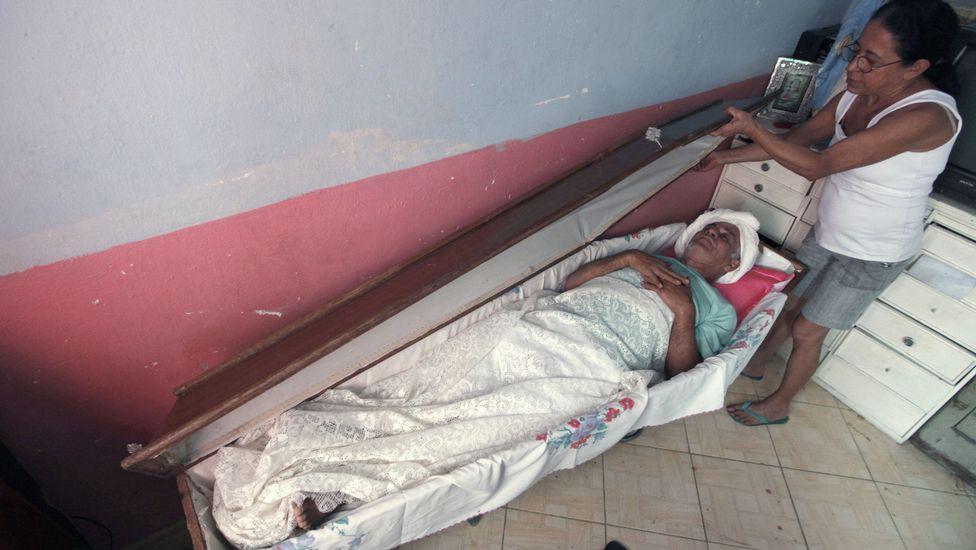rossi1 Пожилой бразилец 23 года спит в гробу