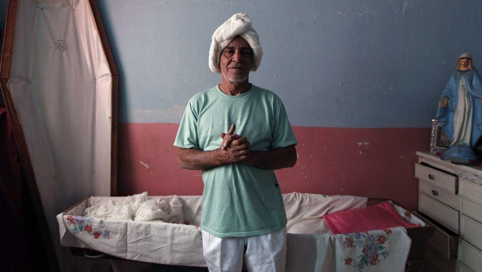 rossi2 Пожилой бразилец 23 года спит в гробу