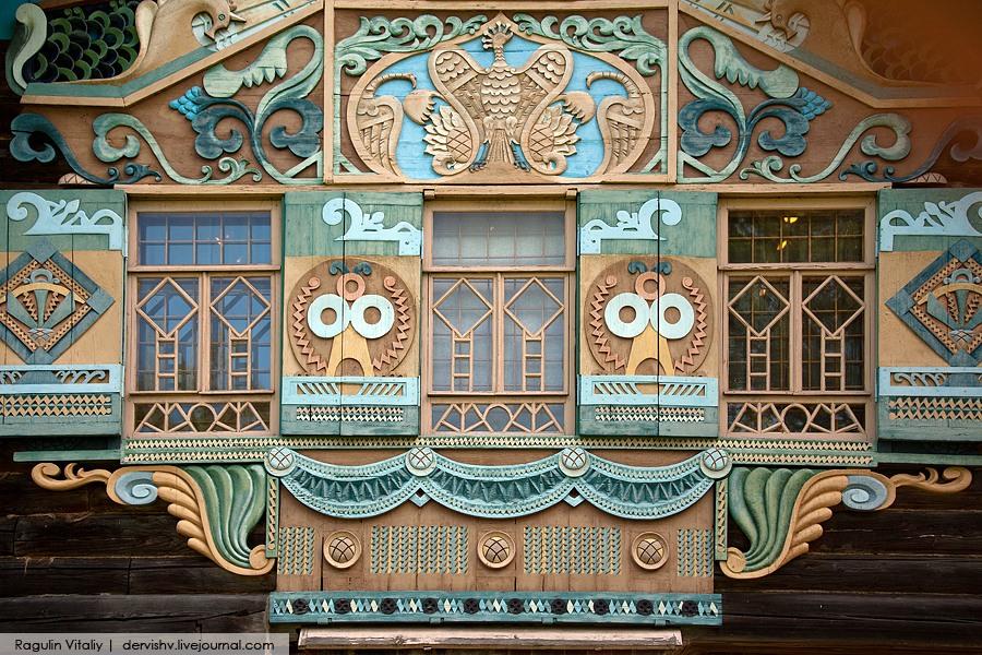 9. На главном фасаде располагается самое богато украшенное разноцветнейшее окошко. Стиль – русский модерн.