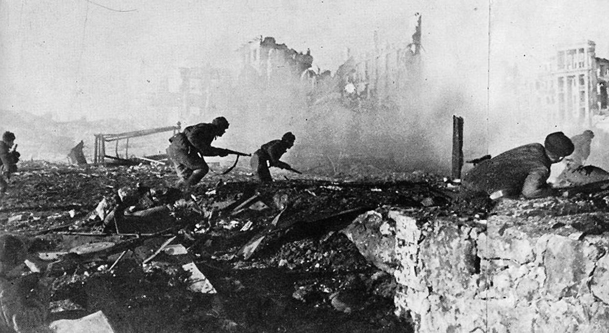 Советские солдаты наступают по руинам Сталинграда,