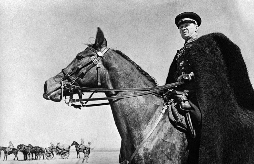 war02 Вторая мировая война: 2. Командир казачьего отряда в Харьковской области, 21 июня 1942 года, наблюдает за передвижением своего подразделения.
