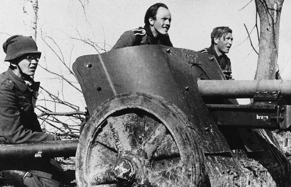 war03 Вторая мировая война: Восточный фронт: Расчет немецкой противотанковой пушки, 1942 год.
