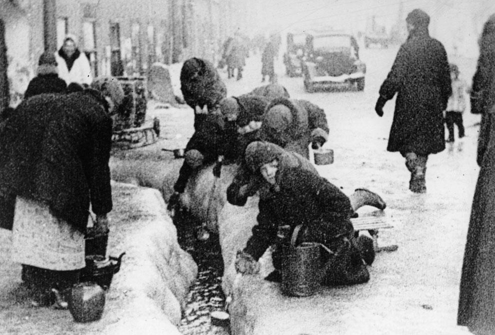 war04 Вторая мировая война: Восточный фронт: Зима 1942 года, ленинградцы набирают воду из прорванного водопровода во время 900-дневной блокады города немецкими войсками.