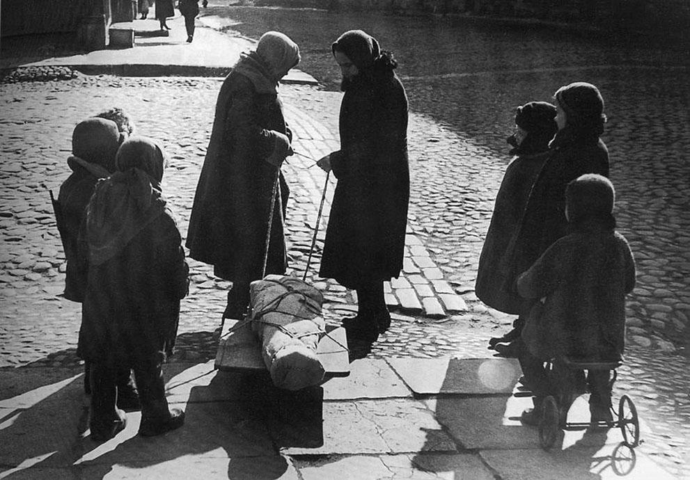 war05 Вторая мировая война: Восточный фронт: Весной 1942 года. Блокада вызвала голод, а нехватка медикаментов сделала болезни и ранения более опасными
