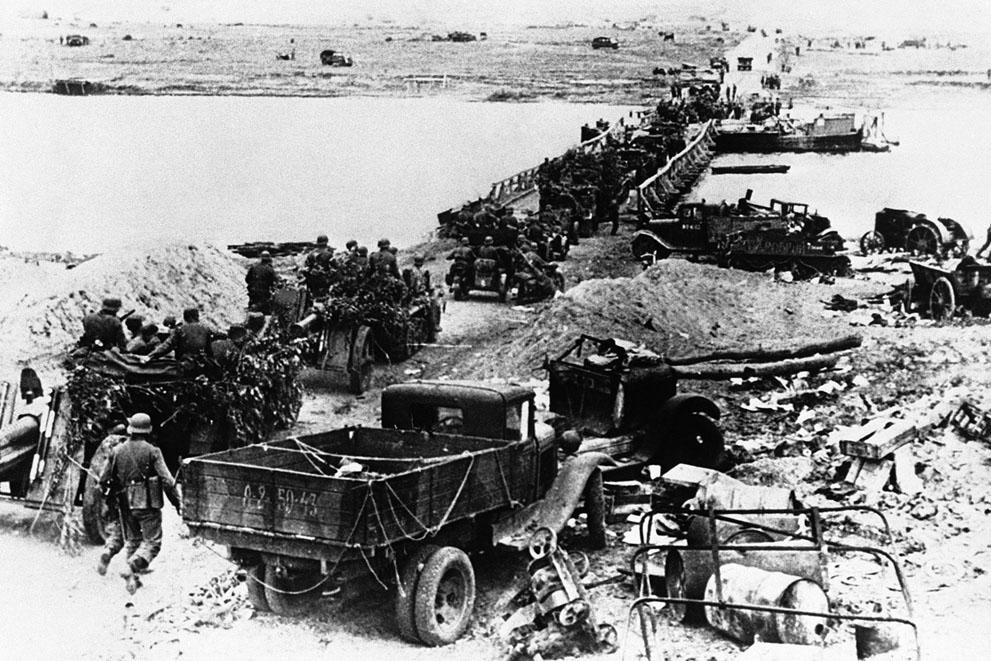 war07 Вторая мировая война: Восточный фронт.Немецкая артиллерия переправляется через Дон по понтонному мосту, 31 июля 1942 года.