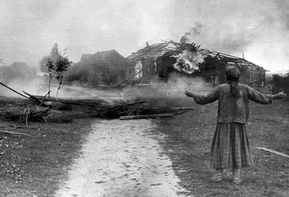 war08 Вторая мировая война: Восточный фронт. Женщина смотрит на горящее строение, 1942 год