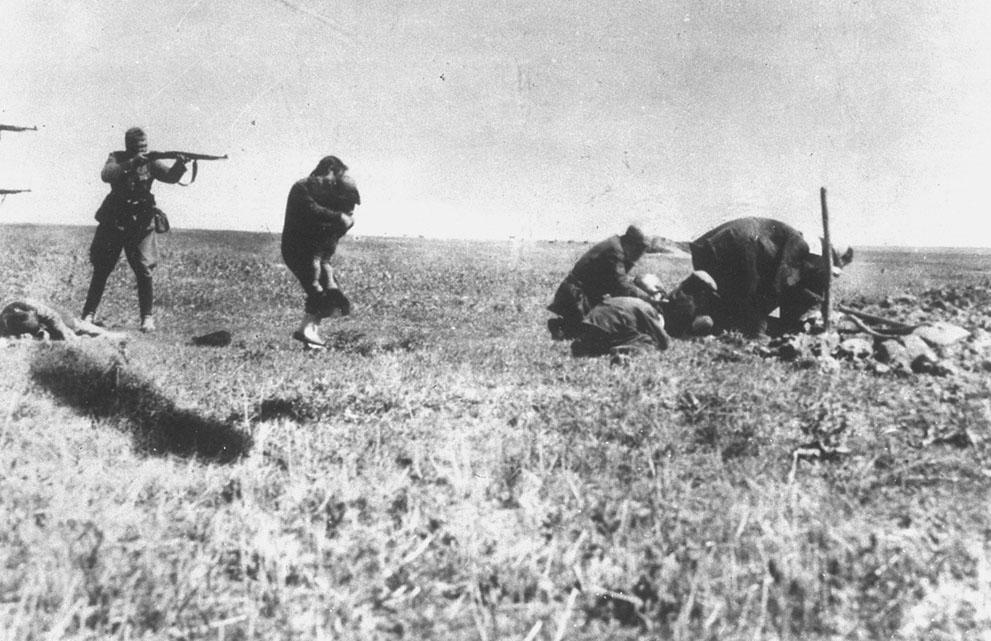 war09 Вторая мировая война: Восточный фронт. Расстрел евреев немецкими солдатами возле Ивангорода в Украине, 1942.