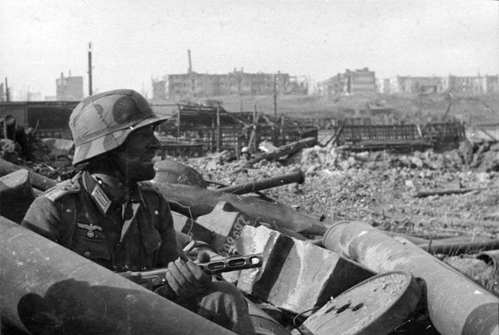 war10 Вторая мировая война: Восточный фронт. Немецкий солдат с советским ППШ, Сталинград, осень 1942
