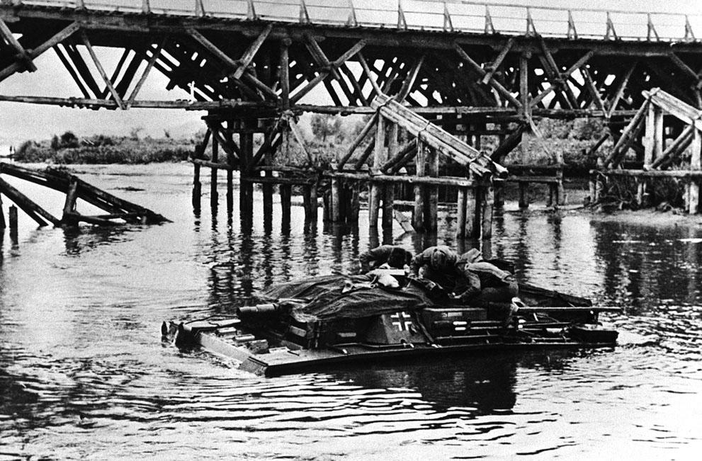 war11 Вторая мировая война: Восточный фронт. Немецкие солдаты форсируют реку на плавающем танке, Россия, 3 августа