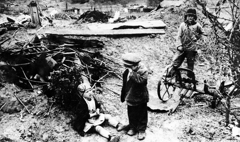 war14 Вторая мировая война: Восточный фронт. Трое сирот на руинах своего дома, конец 1942 года.