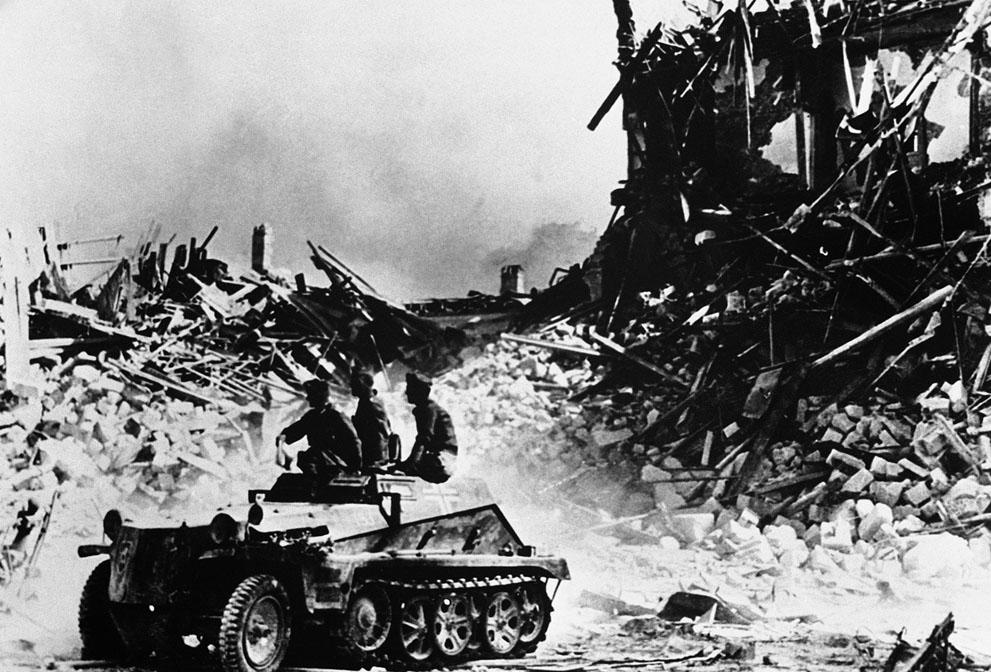 war15 Вторая мировая война: Восточный фронт. 15. Немецкий бронеавтомобиль в Севастополе, 4 августа 1942 года.