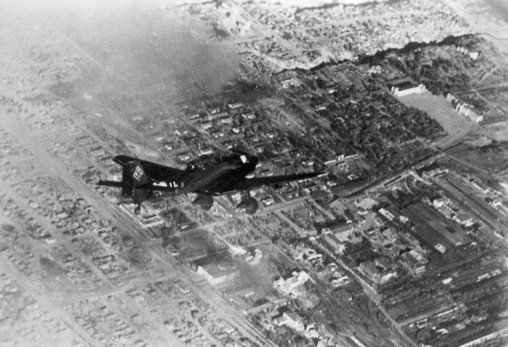 war18 Вторая мировая война: Восточный фронт.  Октябрь 1942 года. Пикирующий бомбардировщик Junkers Ju 87 над Сталинградом.