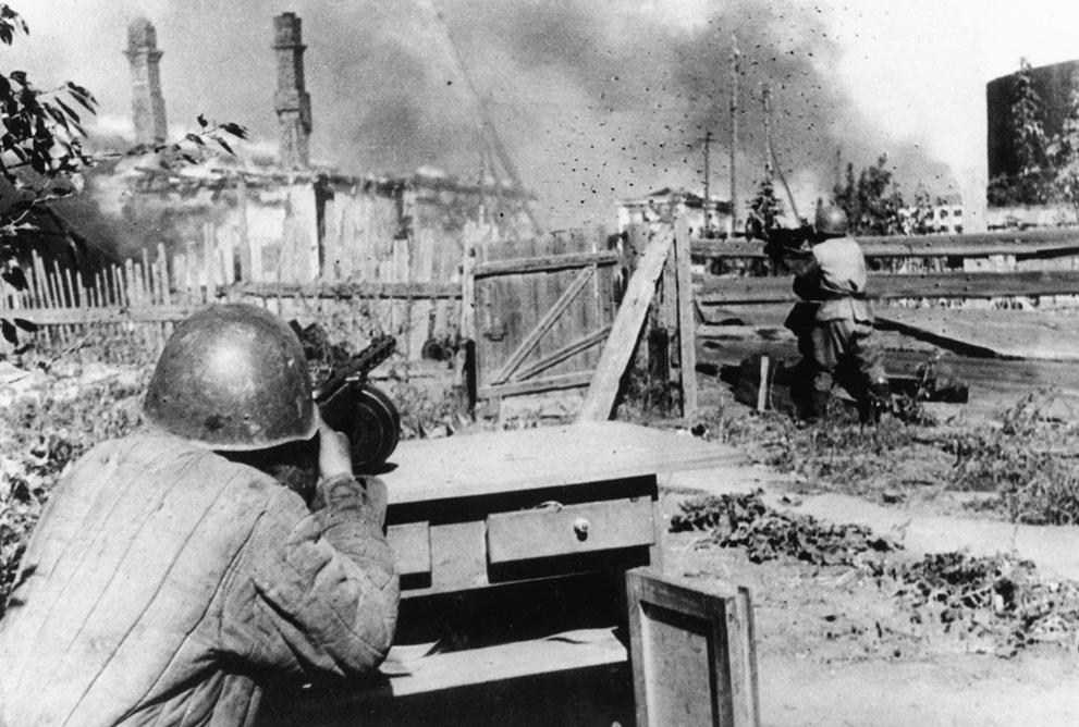 war27 Вторая мировая война: Восточный фронт. 27. Стрелки Красной армии на заднем дворе брошенного дома в пригородах Ленинграда, 16 декабря 1942 года.