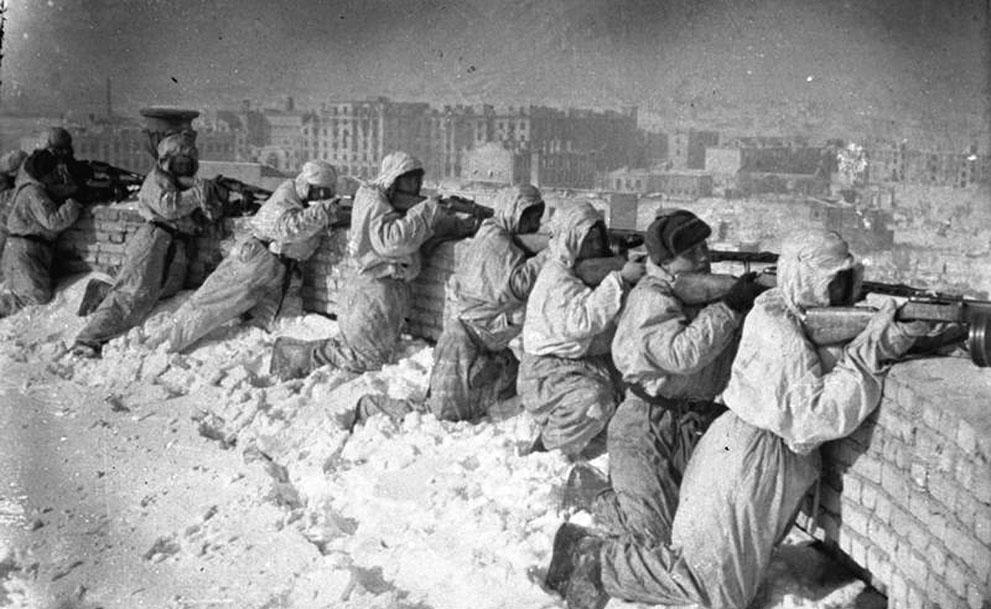 war29 Вторая мировая война: Восточный фронт. Советские солдаты в маскхалатах на крыше дома в Сталинграде, январь 1943 года.