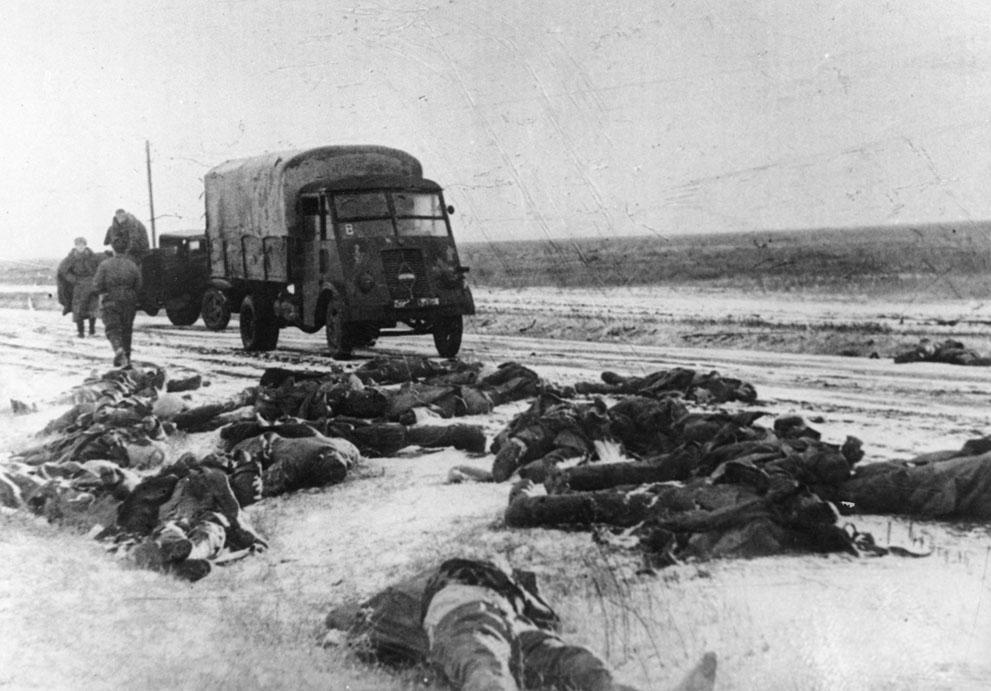 war37 Вторая мировая война: Восточный фронт. 37. Трупы немецких солдат на обочине дороги юго-западнее Сталинграда, 14 апреля 1943 года.