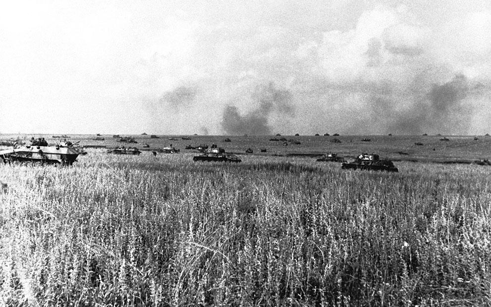 war40 Вторая мировая война: Восточный фронт. Немецкие танки собираются для удара по советским укреплениям во время Курской битвы, 28 июля 1943 года.