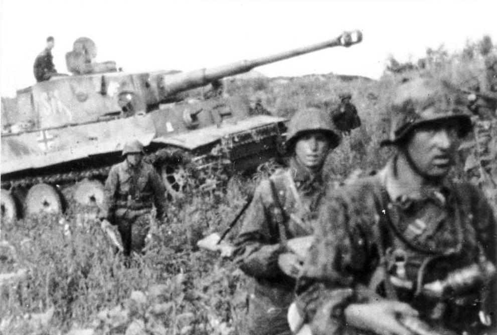 """war41 Вторая мировая война: Восточный фронт. Немецие солдаты и """"Тигр"""" во время Курской битвы, июнь 1943 года."""
