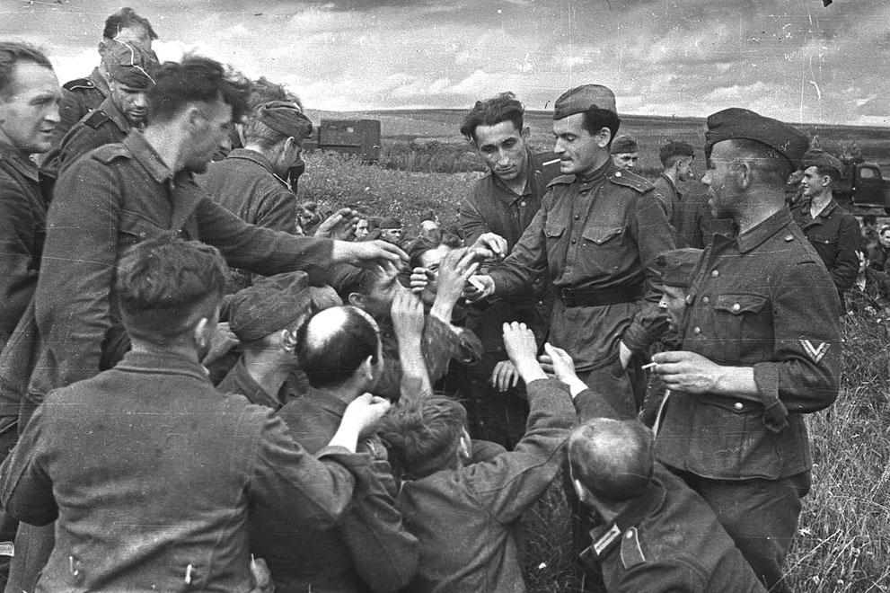 war44 Вторая мировая война: Восточный фронт. Советский лейтенант раздает сигареты немецким военнопленным под Курском, июль 1943 года