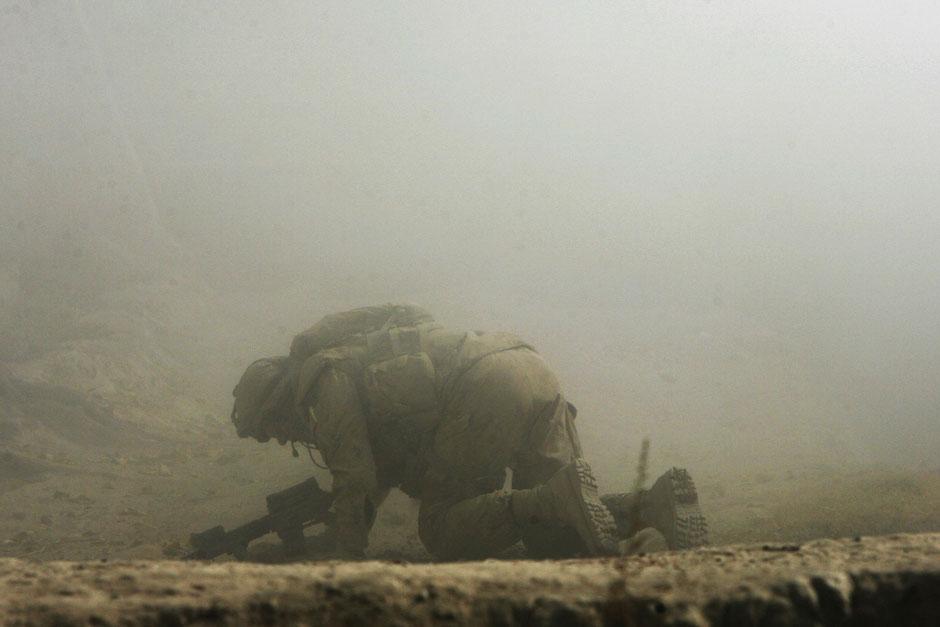 На фото сержант Пола Пайлота, рядом с которым только что разорвался вражеский снаряд