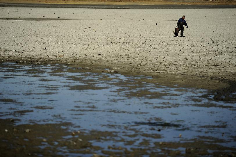 Con el detector de metales por el fondo del lago que ha secado