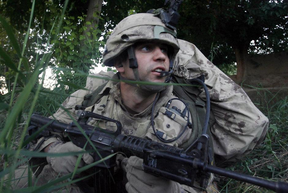 На фото канадский солдат в окопе