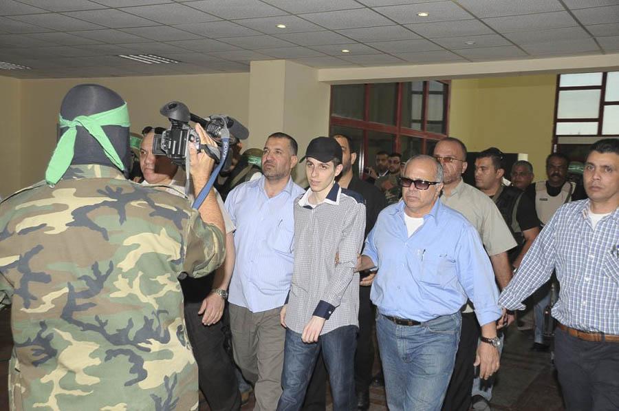 387 991 Soldat israelien Shalit escorte membres Gilad Shalit dikembalikan ke rumah