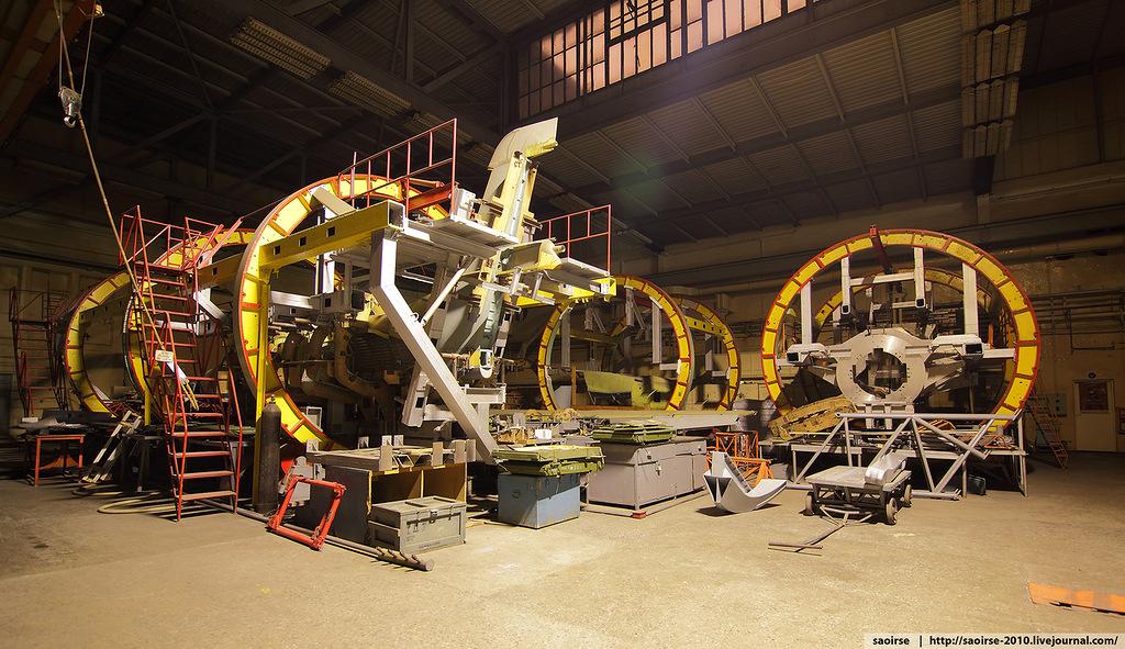Это стапели для сборки части самолета или отдельных его конструкций