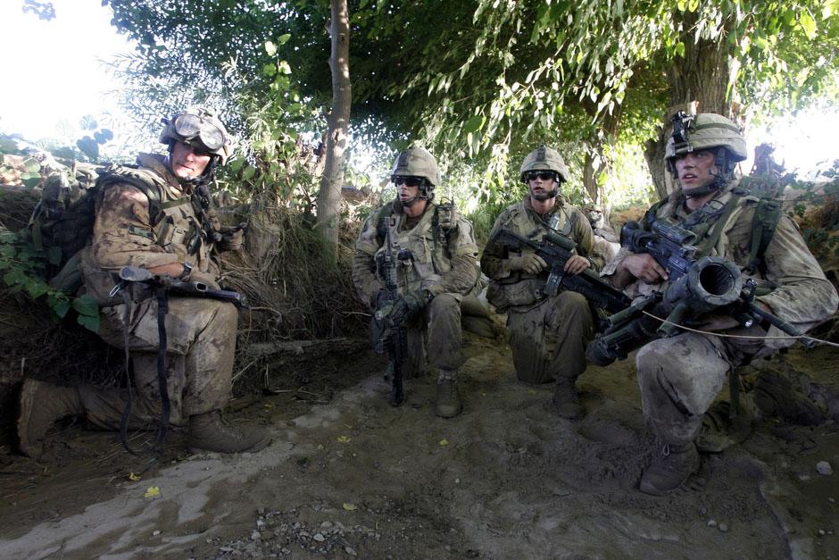 солдаты роты Индиа планируют дальнейшие действия во время боя с талибами