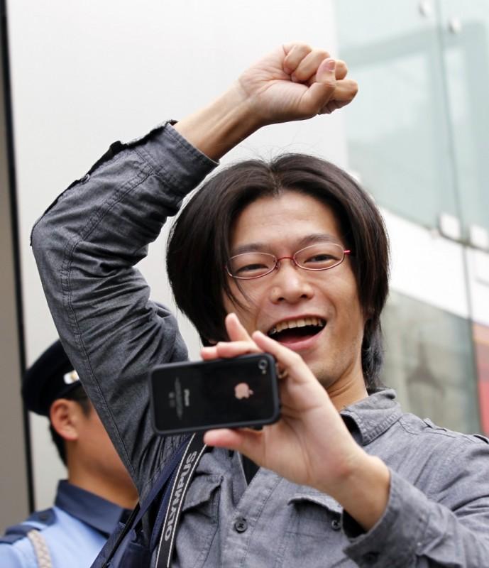 BIGPIC62 689x800 Начались мировые продажи iPhone 4S