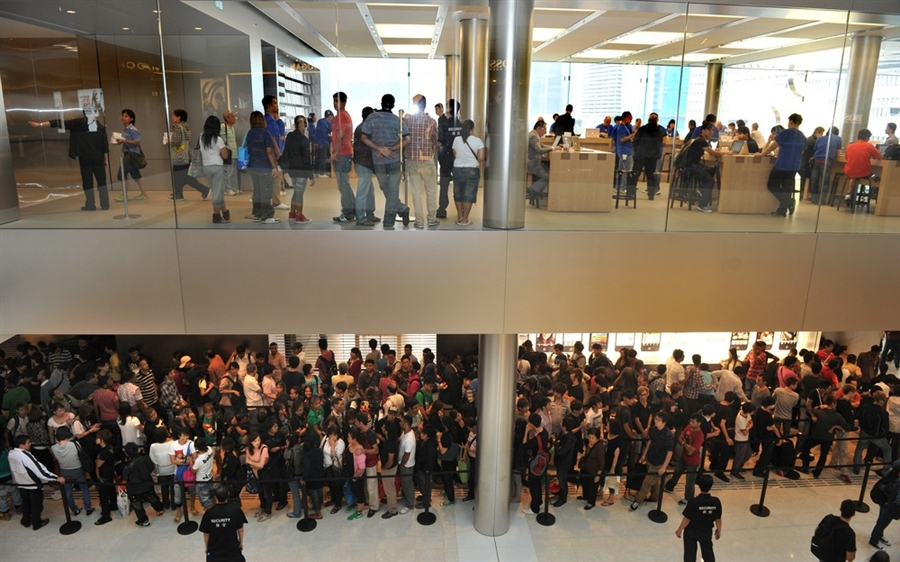 pb 111014 iphone jb 02.photoblog900 Начались мировые продажи iPhone 4S