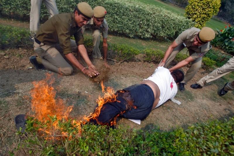 Самосожжение выходца из Тибета перед посольством Китая