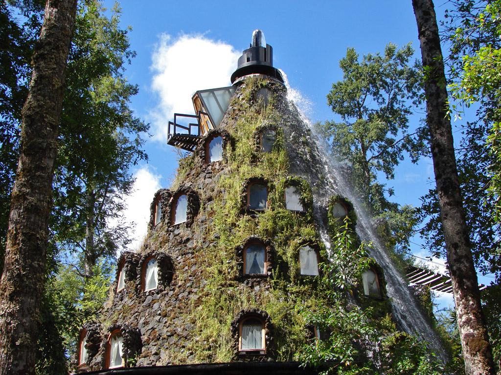 11022 Отель   вулкан с водопадом в Чили