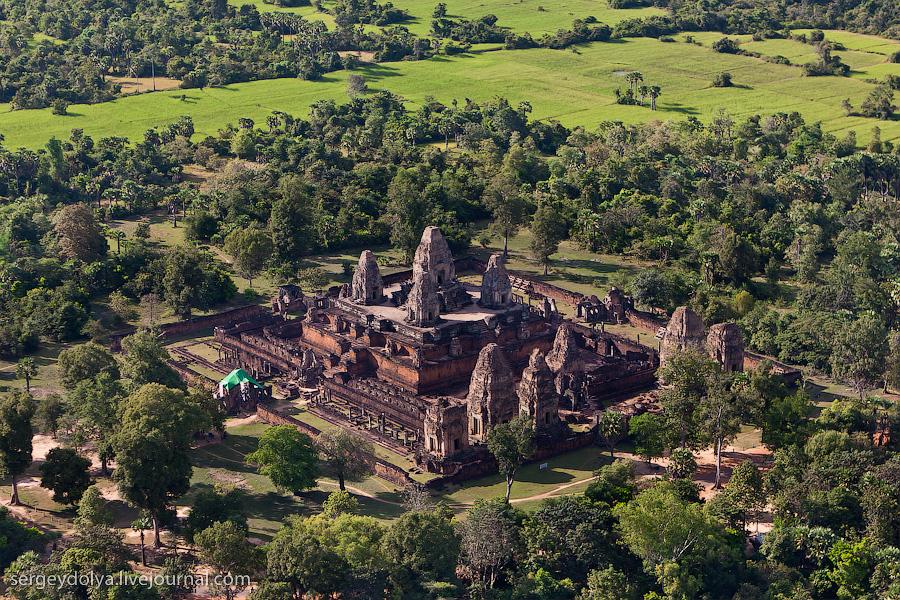 12 175 Angkor Wat dari helikopter