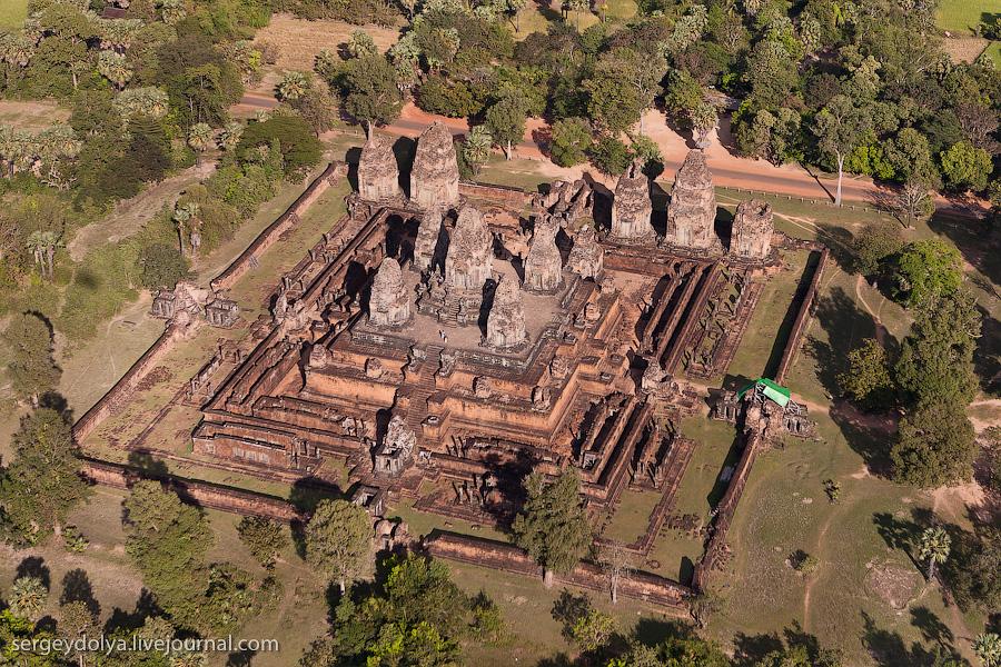 13 157 Angkor Wat dari helikopter