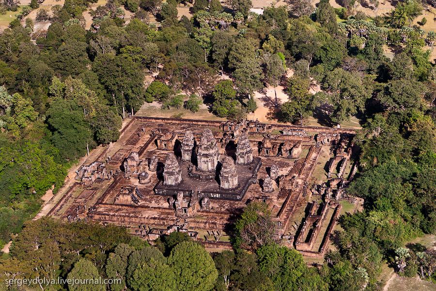 14 147 Angkor Wat dari helikopter