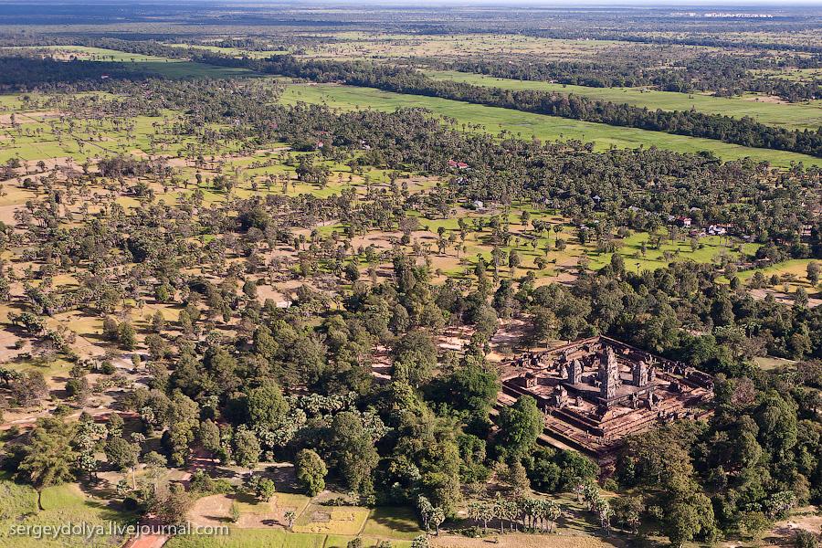 15 139 Angkor Wat dari helikopter