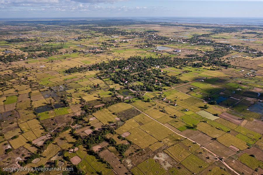 18 114 Angkor Wat dari helikopter