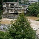 Япония: Заброшенные отели над рекой