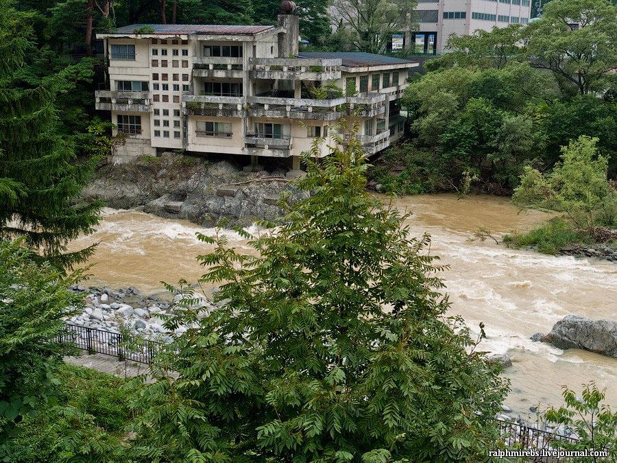 Япония: Заброшенные отели надрекой