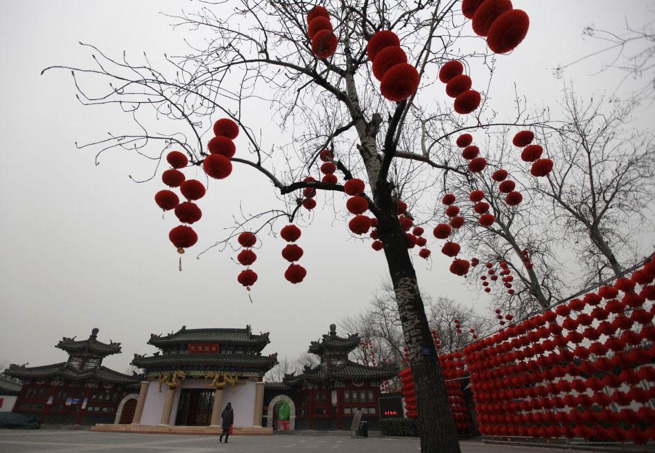 217616 a woman walks past red lantern decorations for the upcoming temple fai Подготовка к китайскому Новому году Дракона