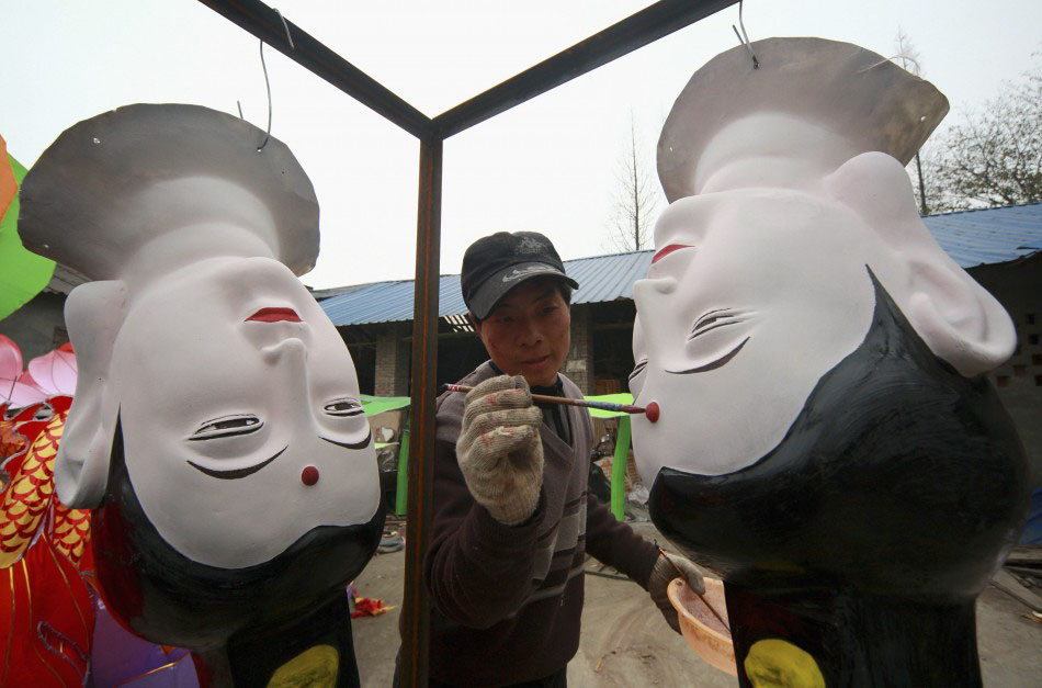 217621 a craftsman paints lantern parts in the shape of the head of guanyin a Подготовка к китайскому Новому году Дракона