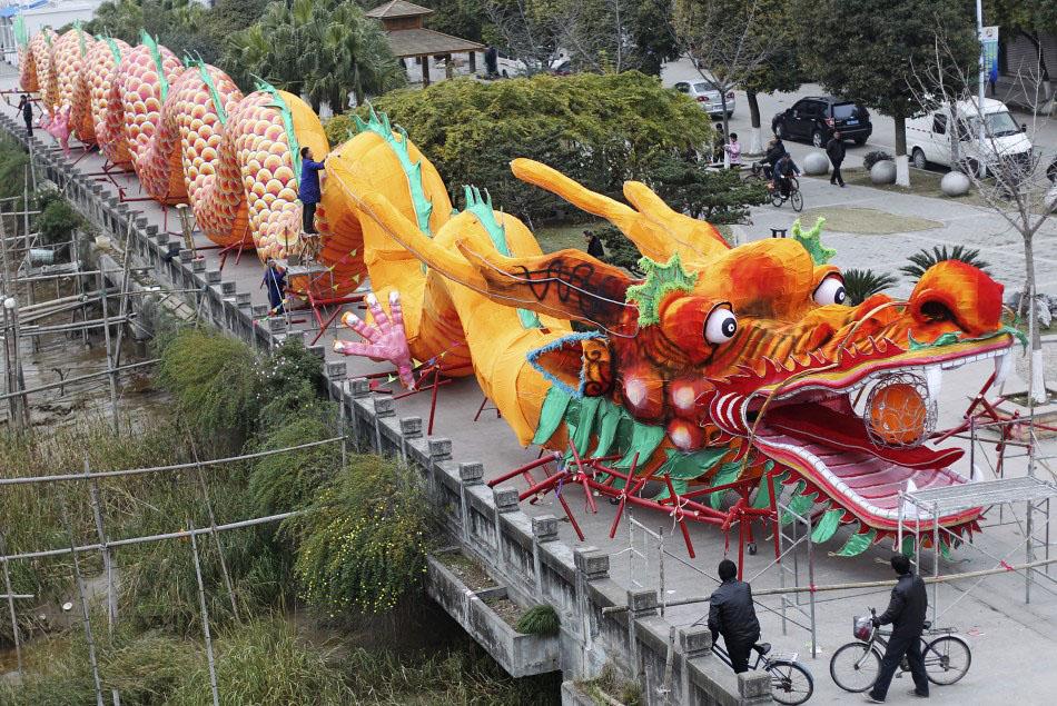 217625 workers decorate a dragon shaped sculpture ahead of the chinese new ye Подготовка к китайскому Новому году Дракона