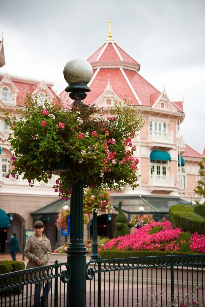 2245 Disneyland Paris: Парижский Диснейленд
