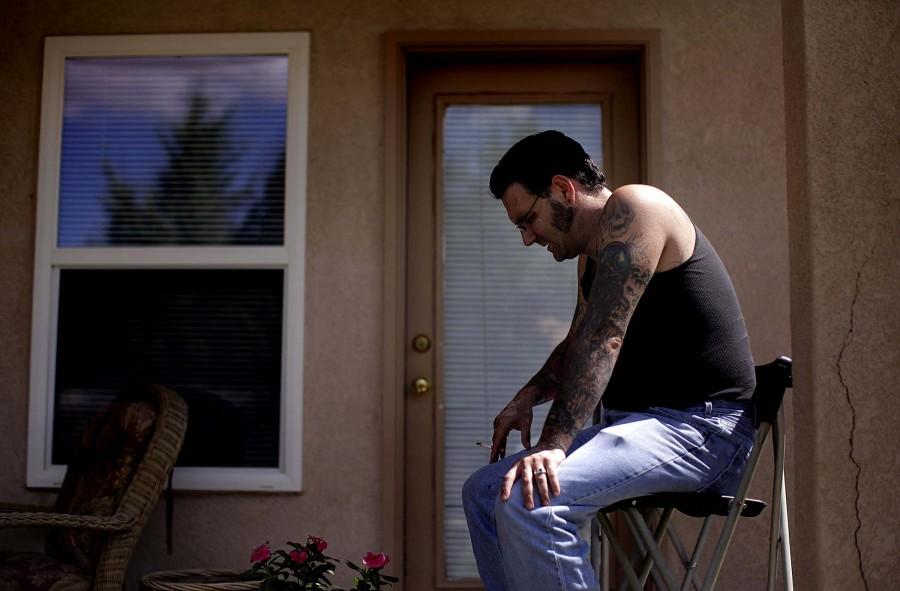 3159 Бывший скинхед удаляет татуировки