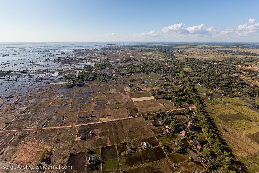 41 107 Angkor Wat dari helikopter