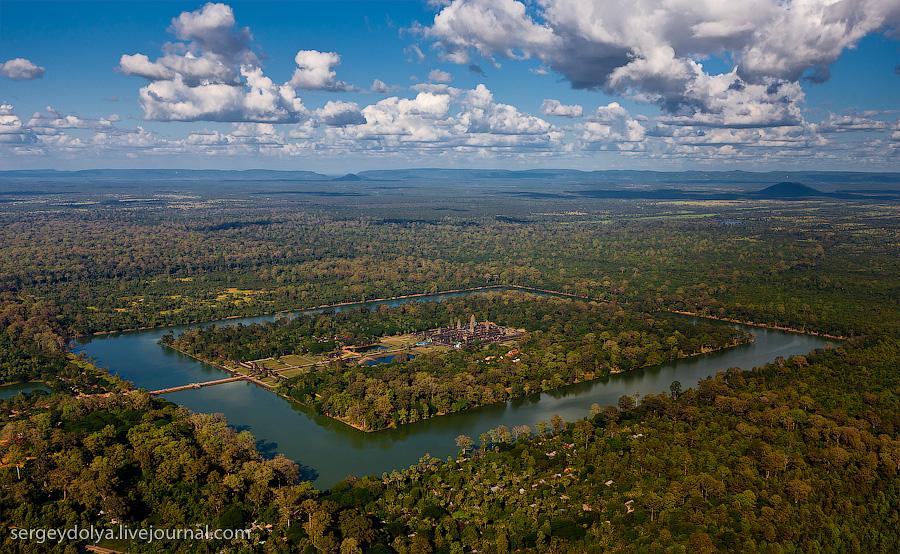 8199 Angkor Wat dari helikopter