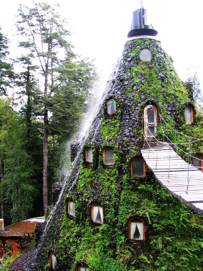 Отель   вулкан с водопадом в Чили