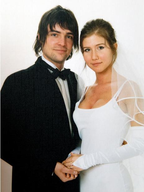 12. Алекс Чапман и его бывшая жена Анна, которую объявили русской шпионкой. Анна сделала свадебное платье из платья, в котором она была, когда впервые встретилась с будущим мужем.