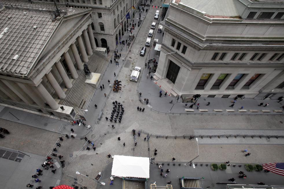 "menempati ulang tahun 02 Penangkapan ""penyerbu Wall Street"" di seluruh dunia"